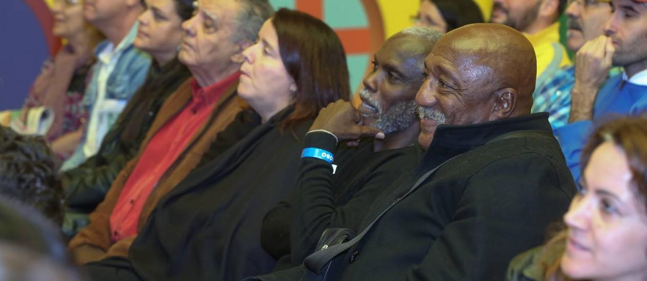 Ligados no lance: Paulo Cezar Caju, Claudio Adão, Paula e Luiz Carlos Barreto Foto: Marco Sobral / Divulgação