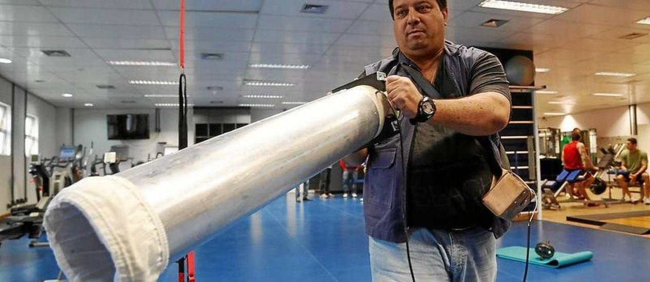 O aparelho tipo bazuca para capturar mosquitos Foto: Custodio Coimbra / Agência O Globo