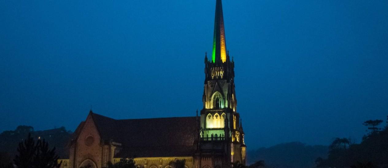 A Catedral de Petrópolis ganhou iluminação em verde e amarelo Foto: Evaldo Macedo / Divulgação