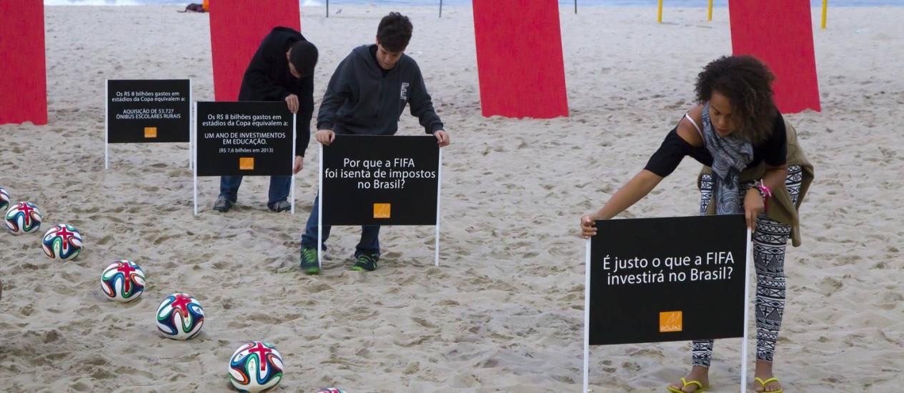 Movimento Rio da Paz faz protesto contra a isenção de impostos dado à FIFA pelo governo brasileiro Foto: Fernando Quevedo / Agência O Globo