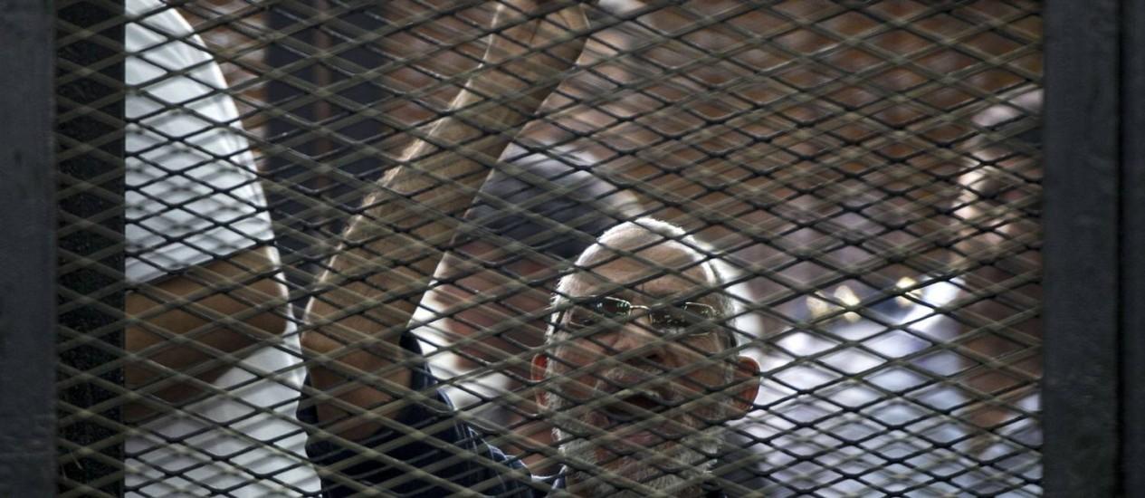 O líder da Irmandade Muçulmana, Mohamed Badi, gesticula na prisão após ser condenado à morte por tribunal egípcio em abril Foto: KHALED DESOUKI / AFP