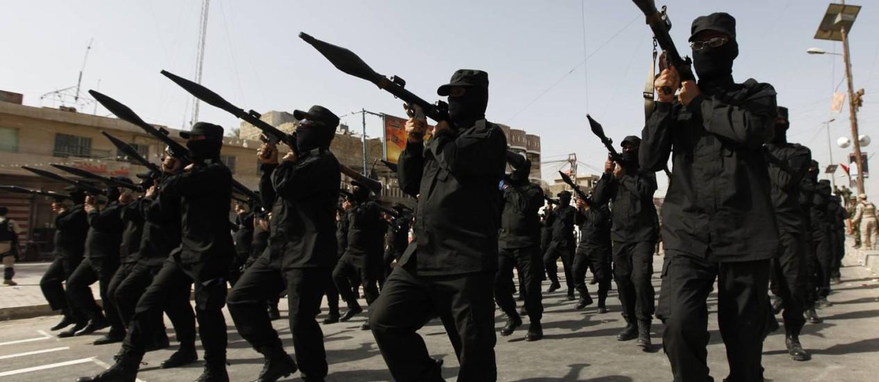 Milícia leal ao clérigo Moqtada al-Sadr desfila no bairro de cidade sadr, em Bagdá Foto: AHMED SAAD / REUTERS