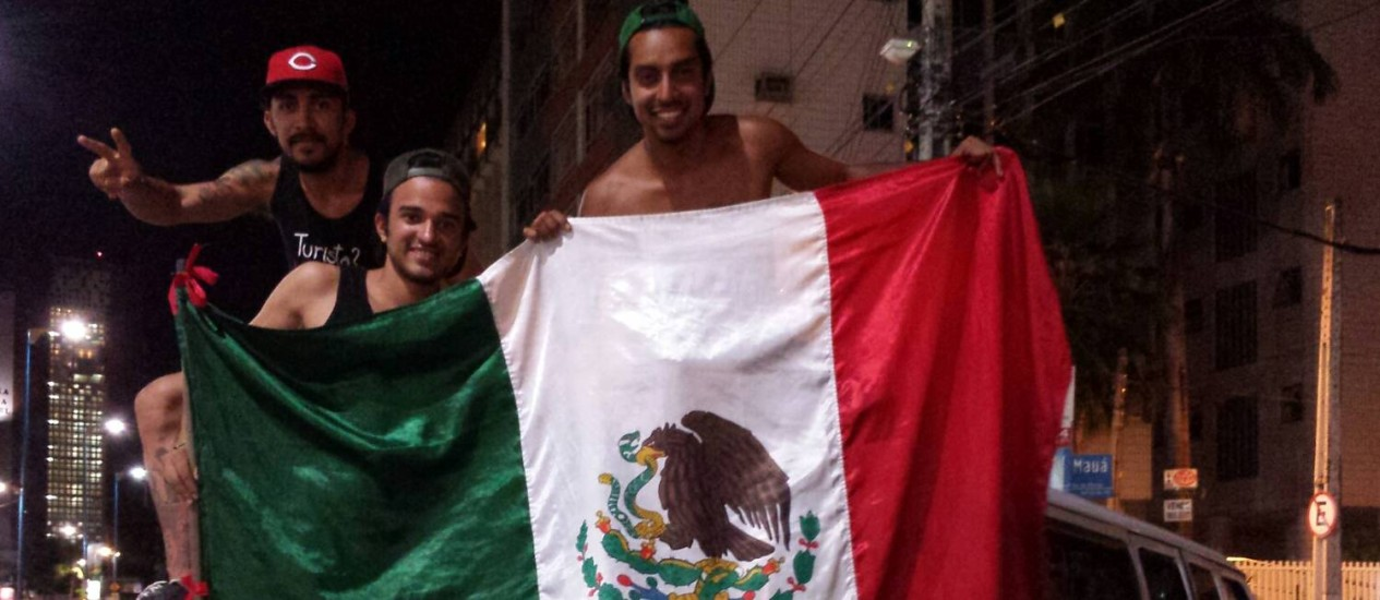 Amigos mexicanos viajam de van há mais de três meses para acompanhar a Copa no Brasil Foto: Ruben Berta