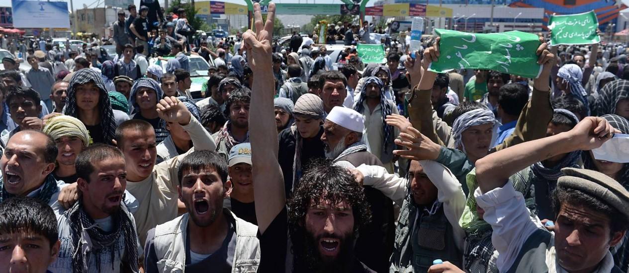 Afegãos mostram apoio ao candidato Abdullah Abdullah neste sábado em Cabul Foto: SHAH MARAI / AFP