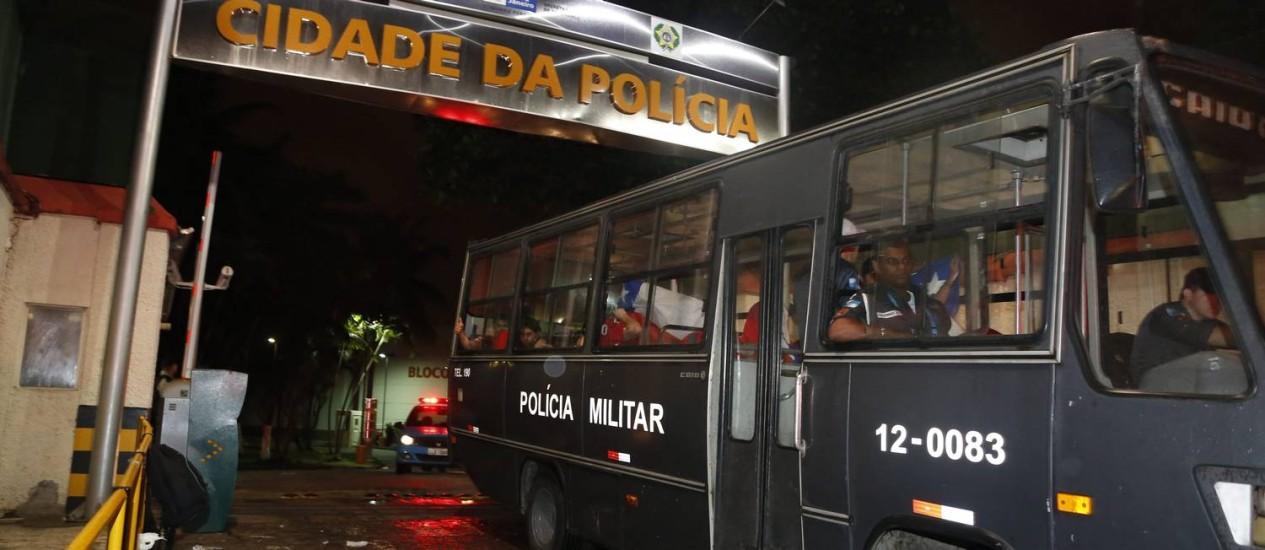 Torcedores chilenos que foram detidos ao tentar invandir o Maracanã deixam a a Cidade da Polícia Foto: Hudson Pontes em 18/06/2014 / O Globo