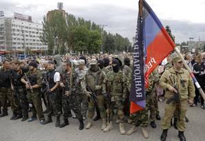 Separatistas se reúnem para fazer um juramento em Donetsk, no Leste da Ucrânia, neste sábado Foto: Dmitry Lovetsky / AP