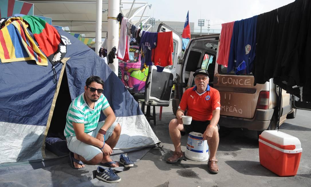 Acampamento no Terreirao do Samba. Na foto, os chilenos Nelson Vera com o genro Victo Torres Foto: Adriana Lorete / Agência O Globo