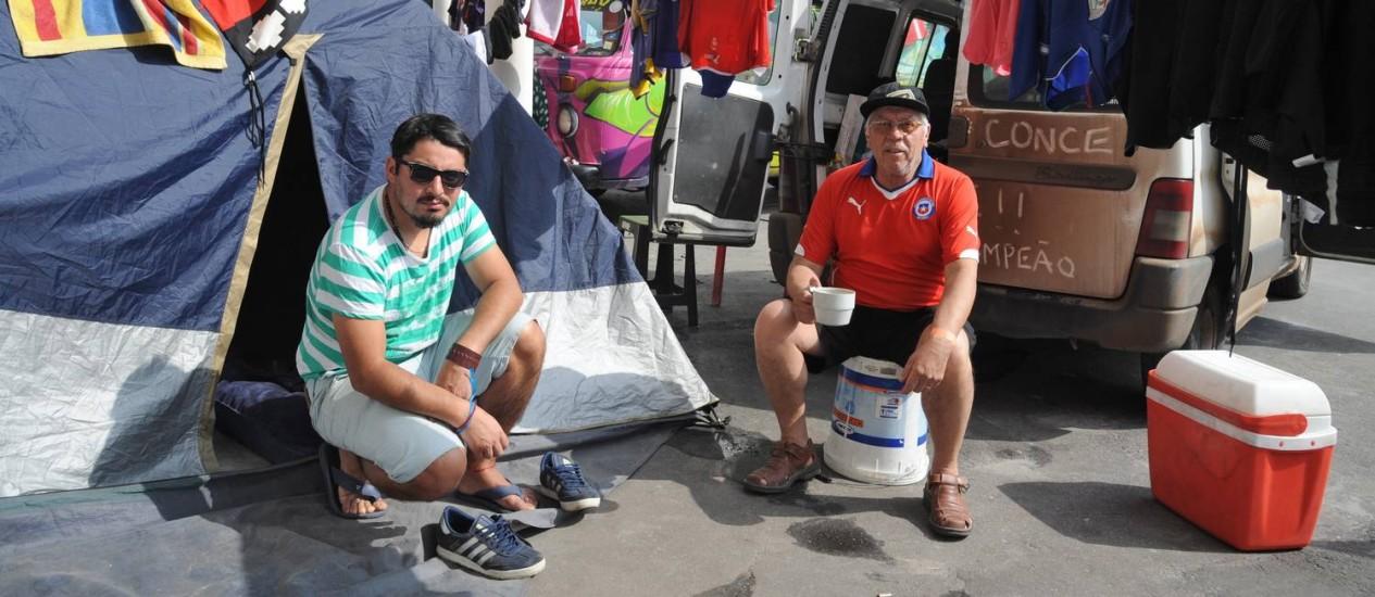 Acampamento no Terreirão do Samba. Na foto, os chilenos Nelson Vera com o genro Victo Torres Foto: Adriana Lorete / O Globo
