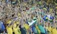 Torcida brasileira faz a festa no Itaquerão durante a estreia do Brasil contra a Croácia