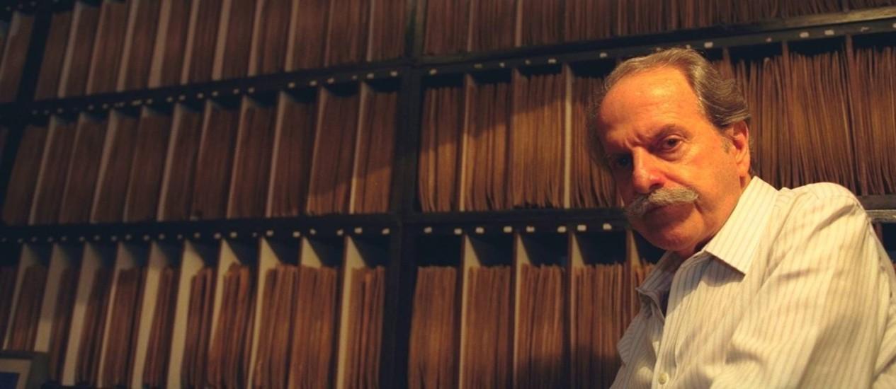 Humberto Franceschi em foto de 1997, a frente de seu acervo de discos 78 rpm Foto: Carlos Ivan / Agência O Globo