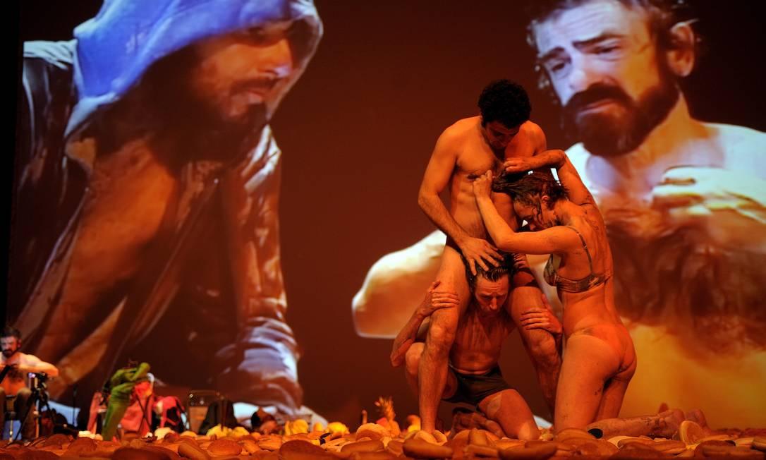 """""""Gólgota picnic"""". Peça leva ao palco mais de 25 mil pães de hambúrguer para materializar um piquenique no monte Gólgota, o lugar do calvário de Jesus Cristo Foto: / Divulgação/David Ruano"""