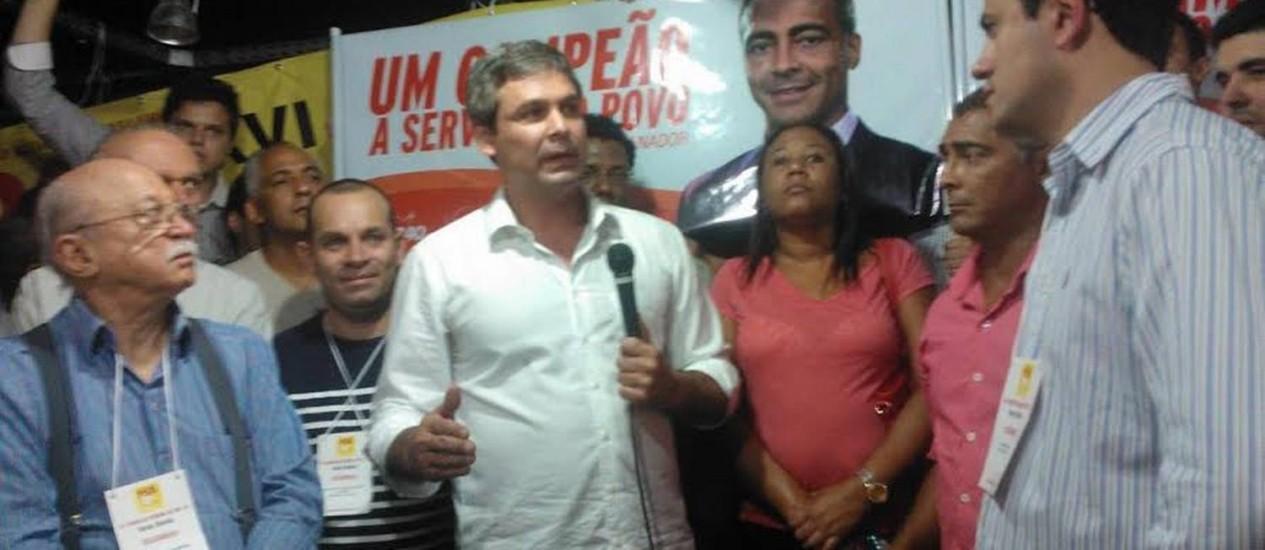 O senador Lindbergh (PT), ao centro, e o deputado federal Romário (PSB) na convenção estadual do PSB Foto: Cassio Bruno