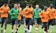 Kolo Touré, visivelmente abatido, puxa a fila no treinamento da Costa do Marfim em Águas de Lindoia: apesar da notícia trágica, permanência no elenco é garantida