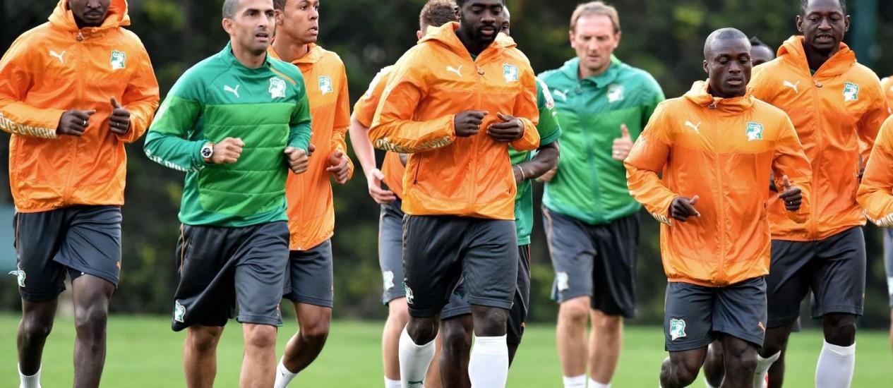 Kolo Touré, visivelmente abatido, puxa a fila no treinamento da Costa do Marfim em Águas de Lindoia: apesar da notícia trágica, permanência no elenco é garantida Foto: ISSOUF SANOGO / AFP
