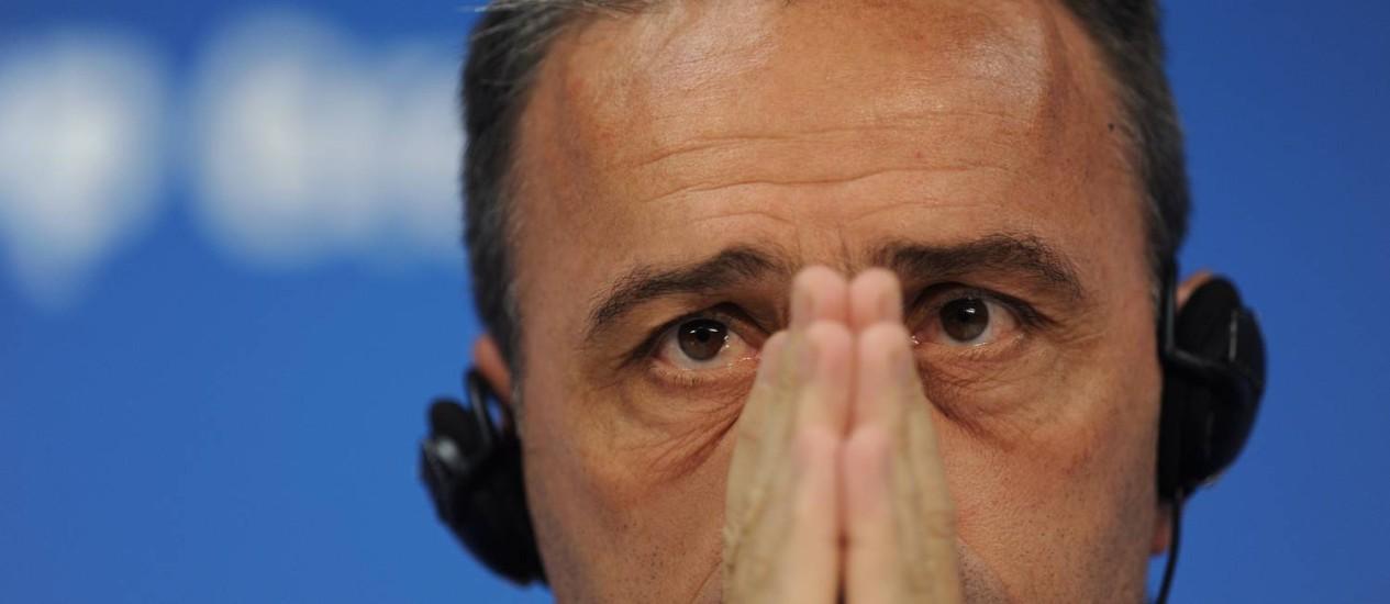O técnico de Portugal, Paulo Bento, faz cara de preocupado na coletiva deste sábado: só a vitória interessa Foto: Paulo Duarte / AP