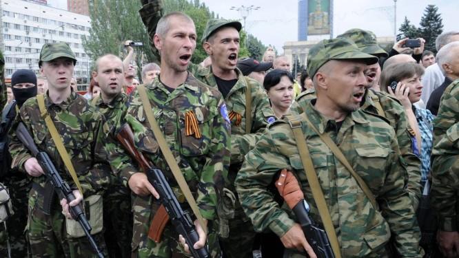 """Separatistas pro-Rússia durante cerimônia em Donetsk, na Ucrânia. Putin ordenou """"alerta de combate total"""" às suas tropas Foto: Alexander KHUDOTEPLY / AFP"""