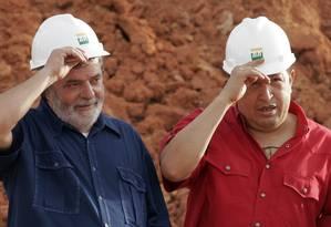 Os ex-presidentes Lula e Chávez em Pernambuco, na época em que ainda insistiam na sociedade entre Petrobras e PDVSA para construir Abreu e Lima: a empresa venezuelana nunca aportou um centavo no projeto Foto: Eraldo Peres / AP/Eraldo Peres/26-3-2008