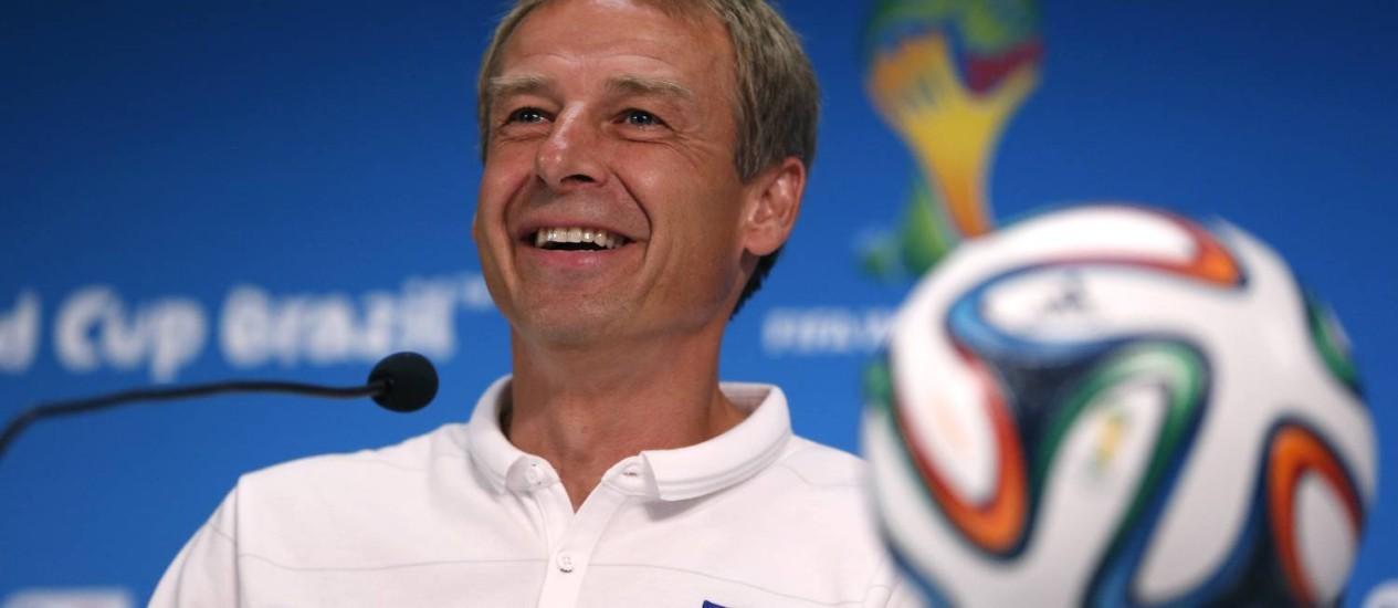 Com um sorriso aberto, o alemão Klinsmann elogiou o time português mas disse que sua seleção pode conseguir uma vitória Foto: Julio Cortez / AP
