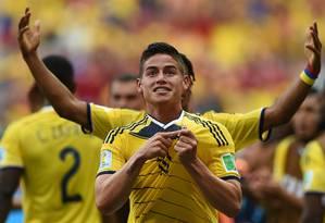 James Rodriguez, meia da Colômbia, celebra a vitória sobre a Costa do Marfim, que deu a classificação antecipada à seleção Foto: EITAN ABRAMOVICH/AFP