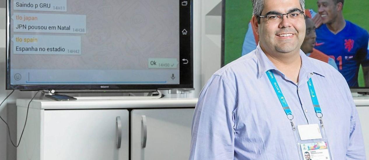 Olho na Copa: Fred Nantes posa em frente às TVs com mensagens do Whatsapp e imagens dos jogos: gerente-geral da equipe de 145 guardiões das seleções Foto: Leo Martins