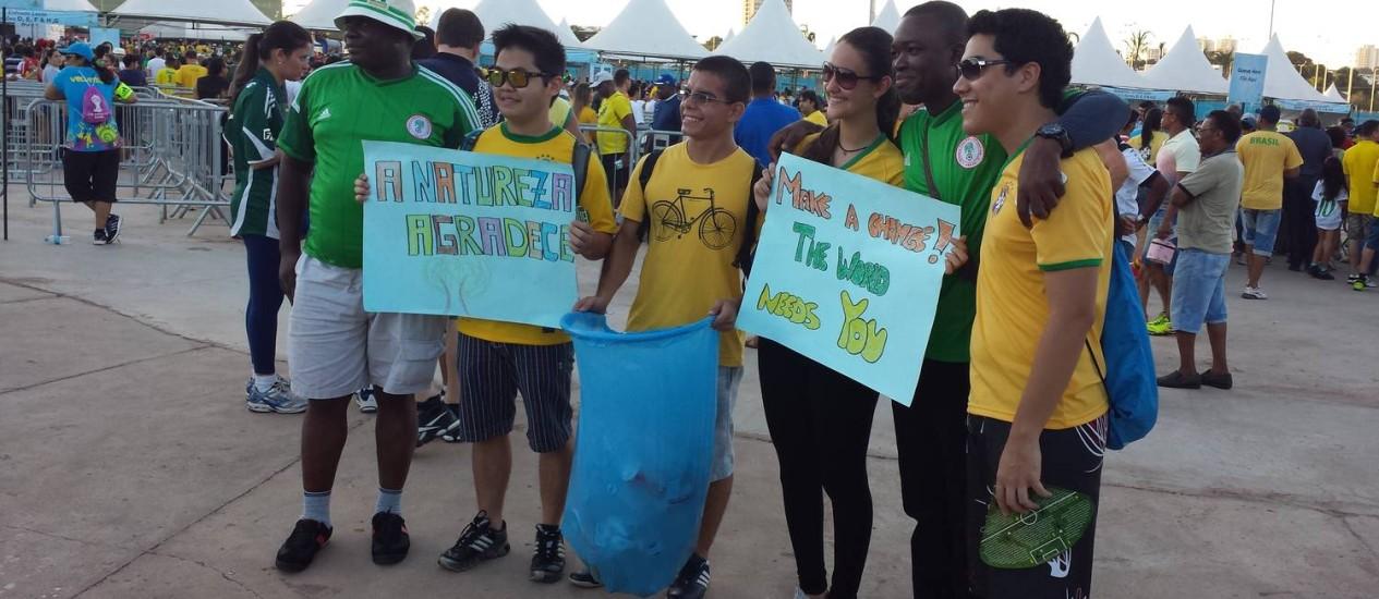 Estudantes cuiabanos chamaram a atenção de nigerianos e bósnios para não jogarem lixo no chão. Torcedores registram encontro em fotos antes de entrar na Arena Pantanal Foto: Lauro Neto