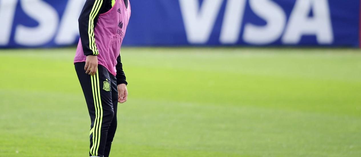 Cesc Fábregas cabisbaixo e ainda com o colete antes do treino da Espanha neste sábado Foto: Manu Fernandez / AP