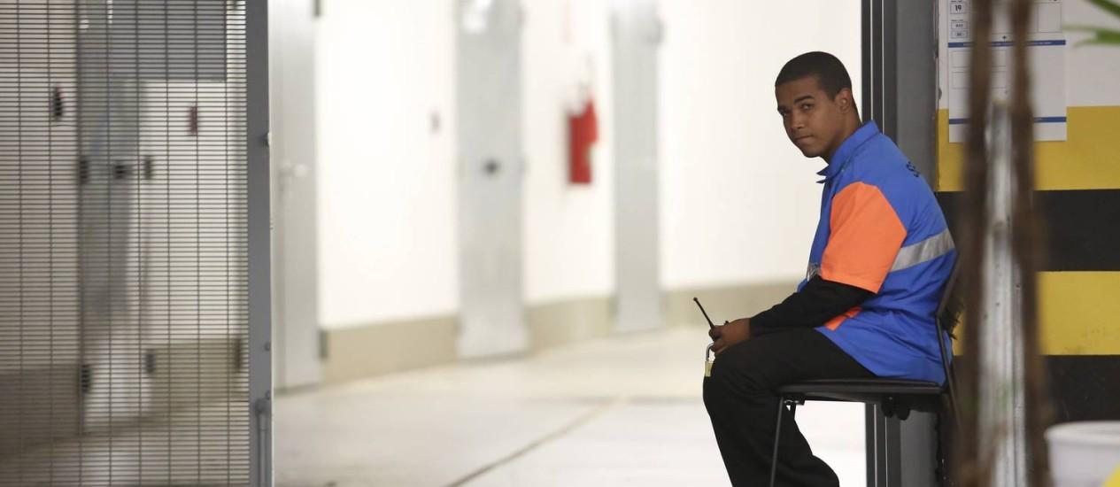 Thiago fica sentado na saída da sala de imprensa que vai dar no gramado do Maracanã: ele só escuta a torcida gritar Foto: Custódio Coimbra / Agência O Globo