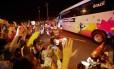Torcedores acenam para o ônibus da seleção na chegada a Brasília
