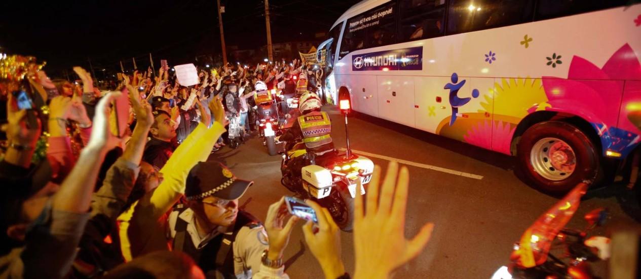 Torcedores acenam para o ônibus da seleção na chegada a Brasília Foto: Alexandre Cassiano / Agência O Globo
