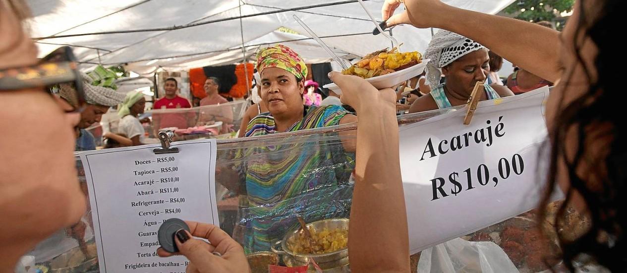 Acarajé é vendido a R$ 10 para turista Foto: AP/Silvia Izquierdo