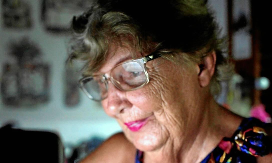 Zezé Teixeira, de 83 anos, acessa a rede social todos os dias para escrever, informar-se, falar com as amigas e ficar mais próxima da família Foto: / Gustavo Stephan