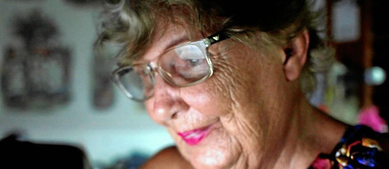 Zezé Teixeira, de 83 anos, acessa a rede social todos os dias para escrever, informar-se, falar com as amigas e ficar mais próxima da família Foto: Gustavo Stephan