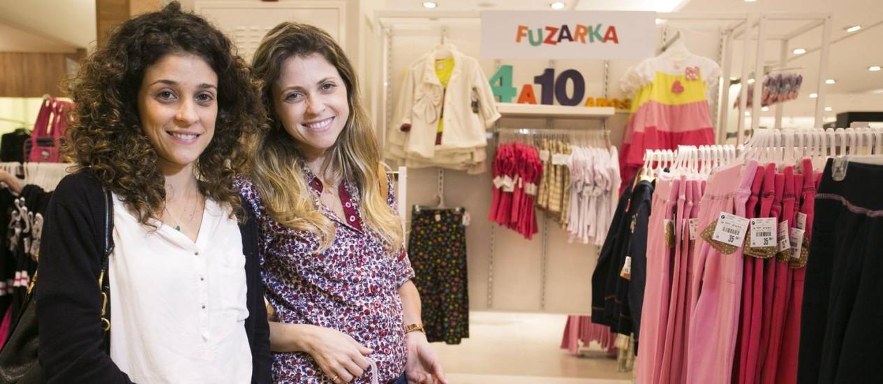 As amigas Isabel Ramos e Antonella Paladino escolhem roupas para os filhos em filial da Renner,: preço bom e variedade de peças Foto: Daniela Dacorso / O GLOBO