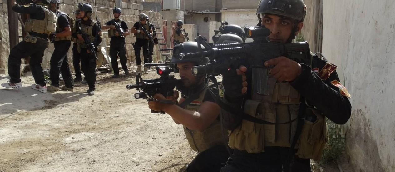 Membros das Forças Especiais iraquianas patrulharam Ramadi neste domingo Foto: STRINGER/IRAQ / REUTERS