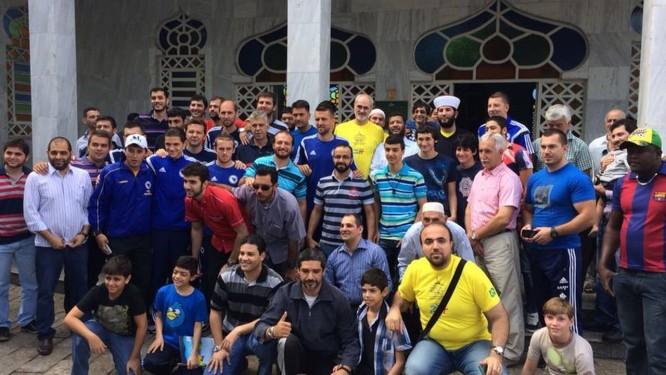 Jogadores participam da oração de sexta-feira junto com o Sheik da mesquita de Cuiabá Foto: Lauro Neto