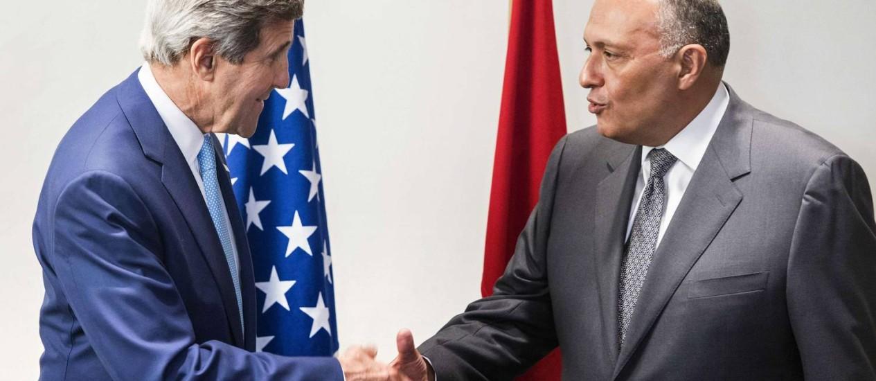 John Kerry e Abdul Fattah al-Sisi apertam as mãos durante primeira visita oficial dos Estados Unidos ao Egito após as eleições de maio Foto: POOL / REUTERS