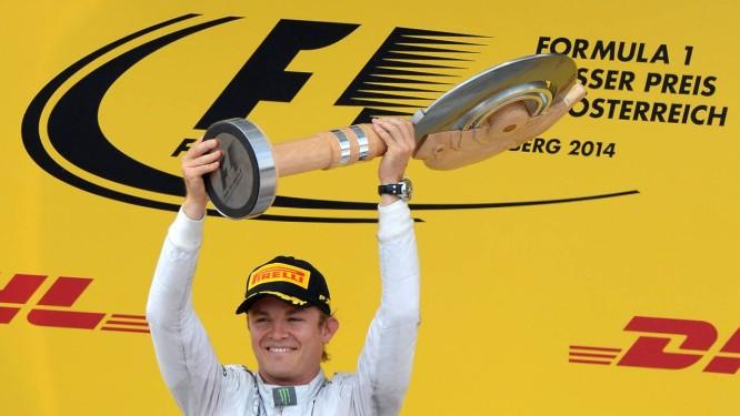 O alemão Nico Rosberg ergue o troféu da vitória na Áustria Foto: Joe Klamar / AFP