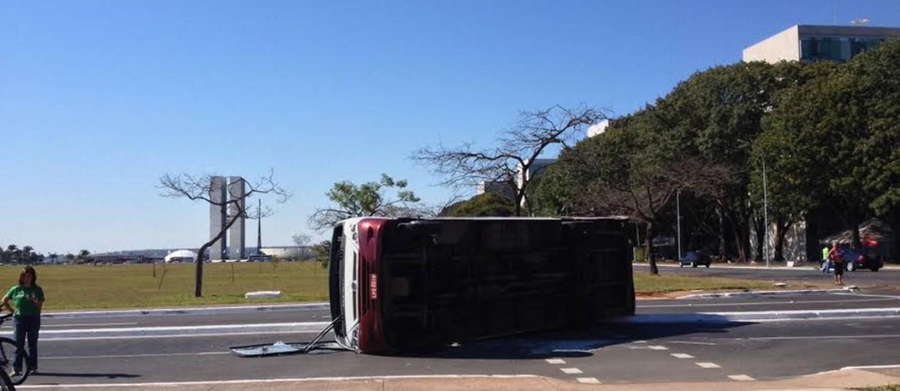 Ônibus tomba na Esplanada dos Ministérios após colisão com um veículo de passeio Foto: Juliana Castro