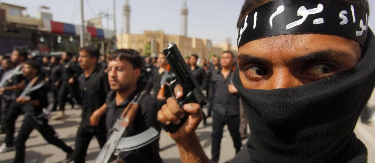 Militantes xiitas marcham em Cidade Sadr em apoio ao governo Foto: STRINGER/IRAQ / REUTERS