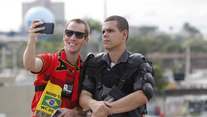 Turistas tiram fotos com PMs que fazem o policiamento no entorno do Maracanã Foto: Pablo Jacob / Agência O Globo
