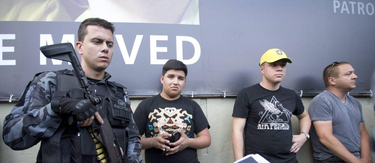 Dois cambistas colombianos são presos vendendo ingressos para dois americaanos em frente à estação do metrô Maracanã Foto: Márcia Foletto / Agência O Globo