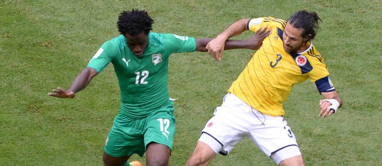 Yepes disputa a bola no jogo contra a Costa do Marfim: zagueiro é dúvida para o jogo contra o Japão Foto: EVARISTO SA / AFP