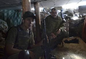 Combatentes pró-Rússia descansam em um abrigo perto de Slovyansk, no Leste da Ucrânia Foto: Andrei Petrov / AP
