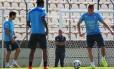 Giménez (direita) em último treino do Uruguai na Arena do Jacaré