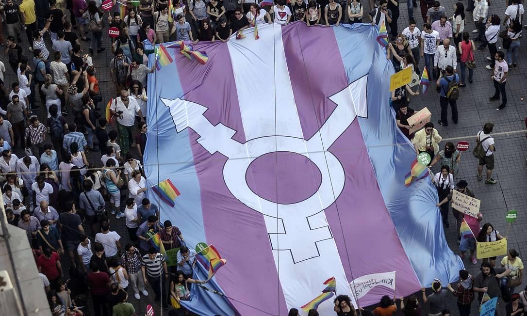 Bandeira do orgulho trans é carregada em manifestação por direitos da comunidade LGBTI Foto: / Bulent Kilic/AFP