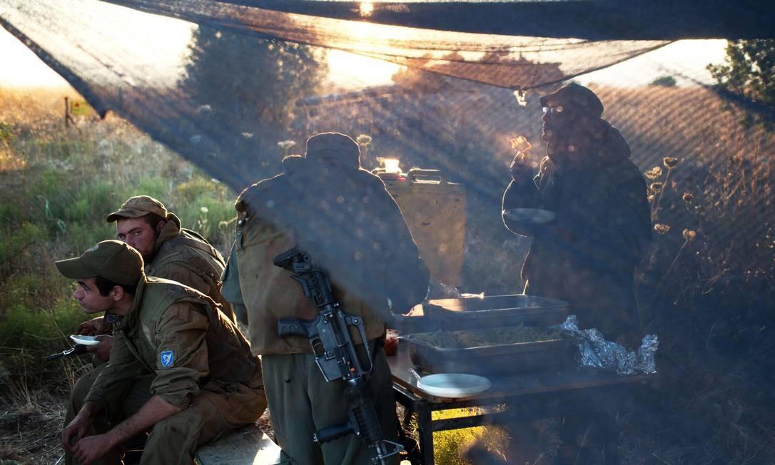 Soldados israelenses perto do checkpoint Quneitra, na fronteira com a Síria Foto: MENAHEM KAHANA / AFP