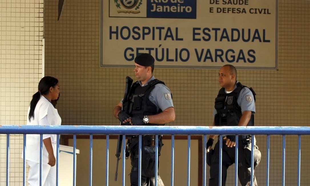 Policiais da UPP da Fazendinha aguardavam por notícias dos companheiros baleados no Alemão Foto: Gabriel de Paiva / Agência O Globo
