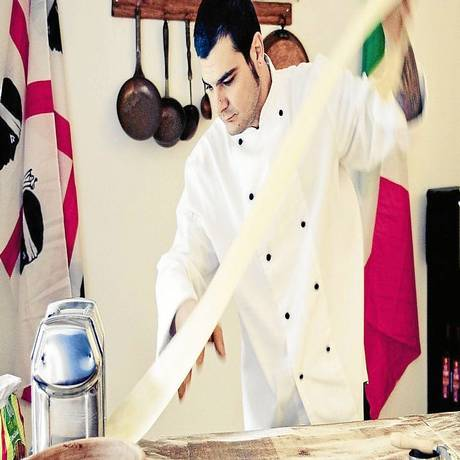 Esticando a massa: o chef da Sardenha, Daniel Pinna, em seu restaurante em Buenos Aires Foto: Fotos de Santiago Gallo Bluguermann/Divulgação
