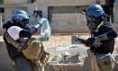 Investigadores examinam um pedaço de míssil suspeito de carregar arma química em Ain Terma, na Síria Foto: Uncredited / AP/11-10-2013