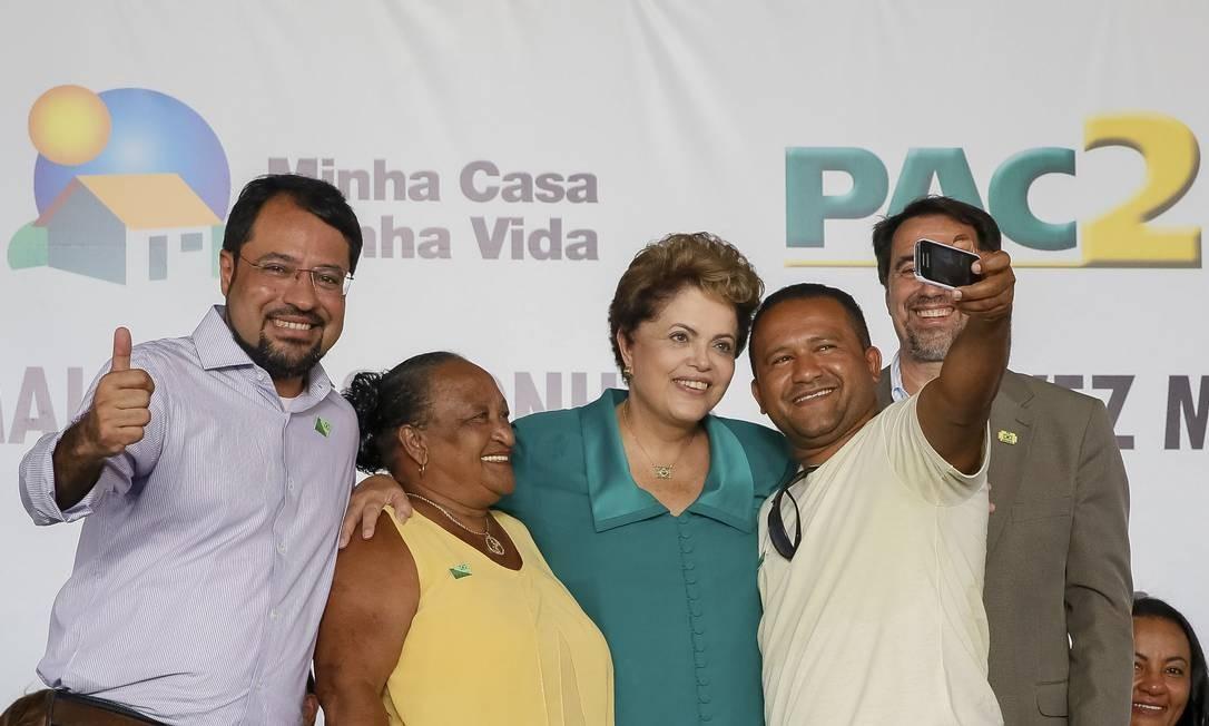 Presidente Dilma Rousseff tira selfie com beneficiário do programa Minha Casa Minha Vida Foto: Presidência da República / Roberto Stuckert Filho
